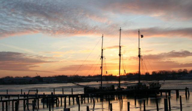 3-Mast-Gaffelschoner Albert Johannes im Sonnenuntergang