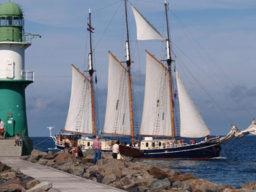 Regatten: ALBERT JOHANNES Produktbild zeigt den 3-Mast-Gaffelschoner von Steuerbord unter Segel