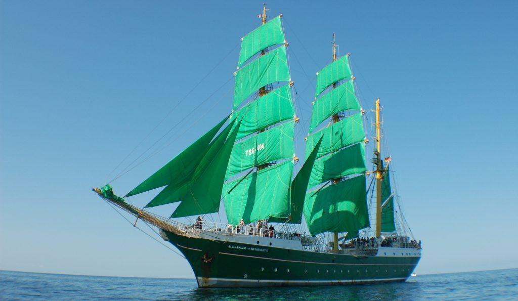 Hamburger Hafengeburtstag: ALEXANDER VON HUMBOLDT II zeigt 3 Mast Bark ALEXANDER VON HUMBOLDT 2 Backbordansicht unter Segel
