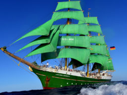 Meilentörns AlexANDER VON HUMBOLDT II Produktbild zeig die 3 Mast Bark mit all Ihren grünen Segeln gehiesst.