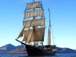 Barkentine ANTIGUA zeigt die Barkentine unter vollen Segeln vor Spitzbergen
