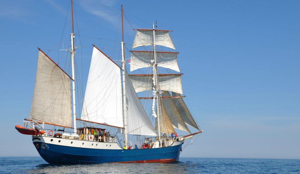 Barkentine Antigua Steuerbordansicht segelnd