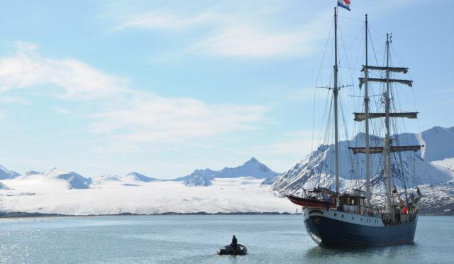 Themenreise: Fotografie Barkentine ANTIGUA Produktbild zeigt den Traditionssegler vor Eisbergen ankernd