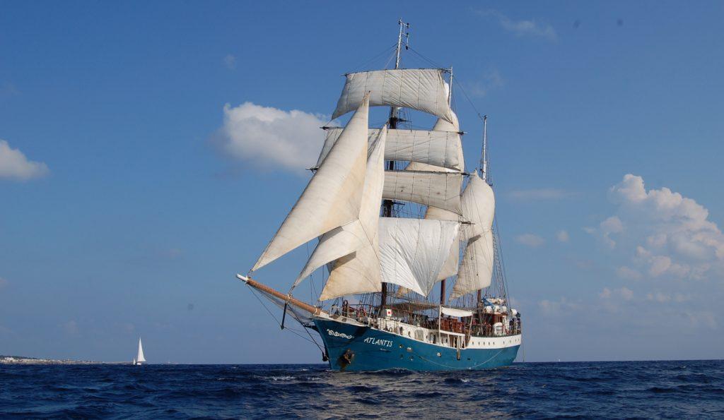 Segelurlaub Europa ATLANTIS Produktbild zeigt die Barkentine segelnd von Backbord