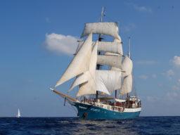 Segelreisen Europa ATLANTIS Produktbild zeigt die Barketine segelnd von Backbord