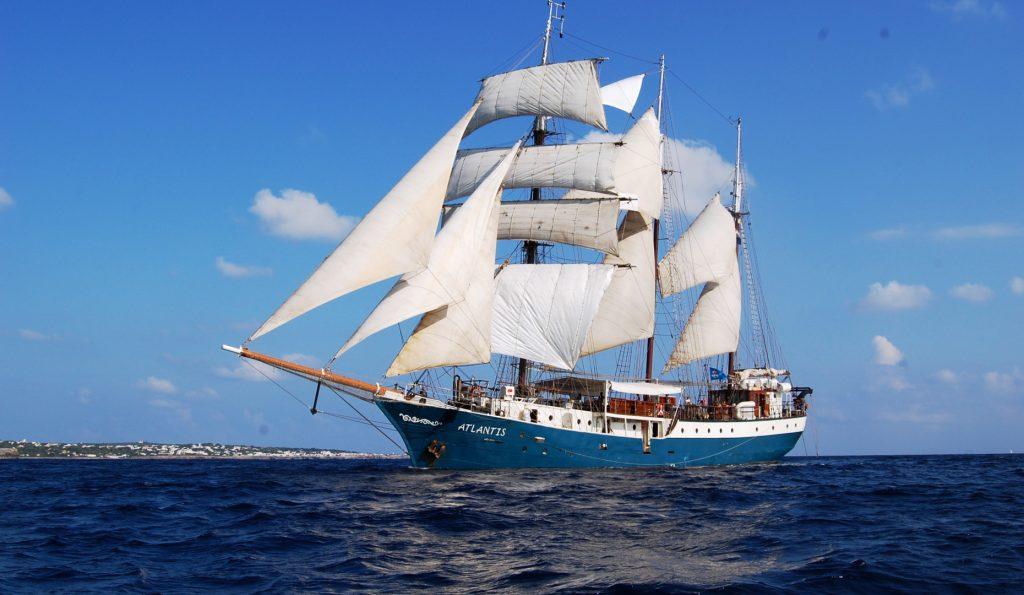 ATLANTIS Portfoliobild zeigt das Schiff von der Backbordseite unter Segeln