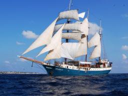 Segelreisen Sail & Bike ATLANTIS Produktbild zeigt das Schiff von der Backbordseite unter Segeln
