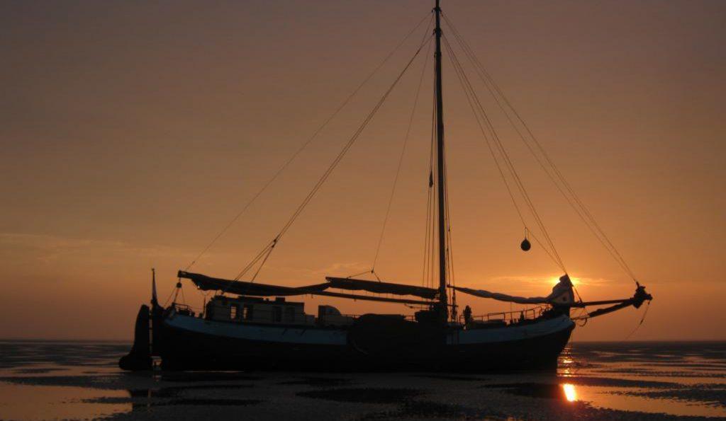 Tjalk Confiance im Sonnenuntergang