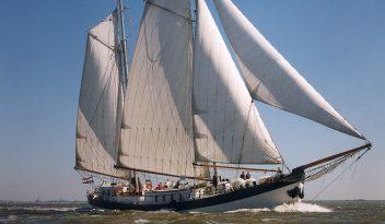 2 Mast Klipper Elegant Steuerbordansicht unter Segel