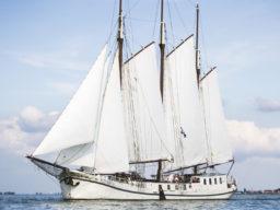 Segelreisen Europa ELIZABETH Produktbild zeigt den 3 Mast Klipper ELIZABETH Backbordansicht unter Segel
