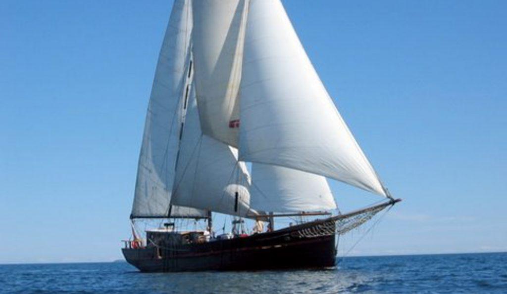 ETHEL VON BRIXHAM Portfoliobild zeigt den 2 Mast Stagsegelschoner unter Segel