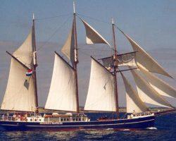 Segelurlaub Europa Hendrika Bartelds Produktbild zeigt den 3 Mast Topsegelschoner von Steuerbord unter Segeln