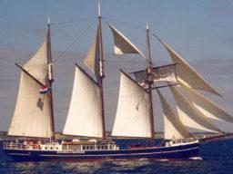 Segelreisen Europa Hendrika Bartelds Produktbild zeigt den 3 Mast Topsegelschoner von Steuerbord unter Segeln