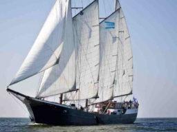 Segelreisen Sail & Bike MARE FAN FRYSLAN Produktbild zeigt den 3 Mast Schoner aus der Bugansicht