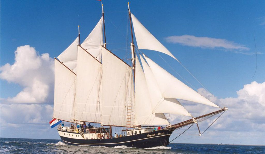 3 Mast Gaffelschoner Regina Maris Stockbetten Steuerbordansicht unter Segeln