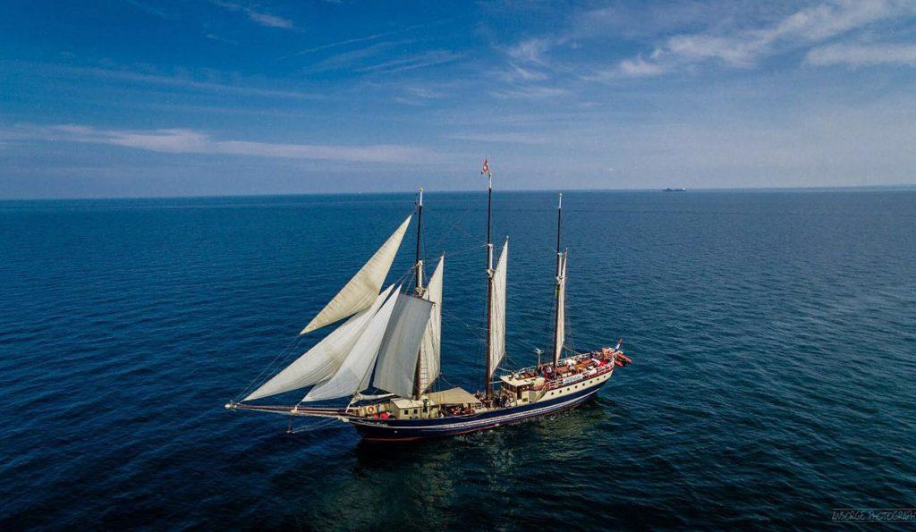 3 Mast Gaffelschoner Regina Maris Backbordansicht unter Segeln