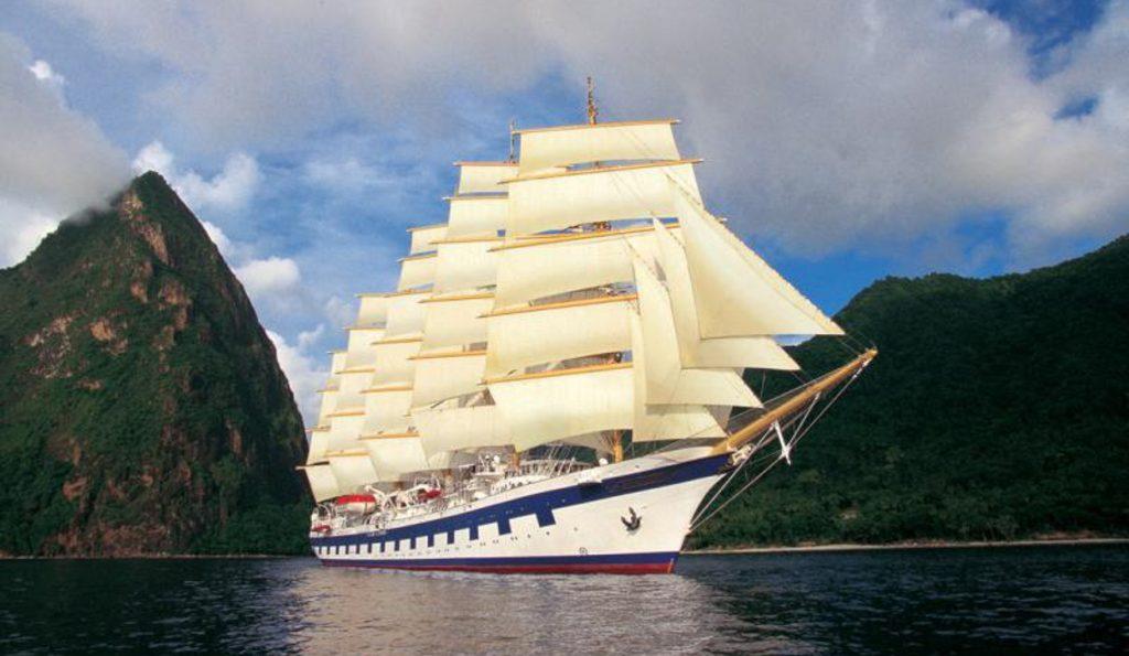 ROYAL CLIPPER Produktbild zeigt 5 Mast Vollschiff als Bugansicht unter Segeln