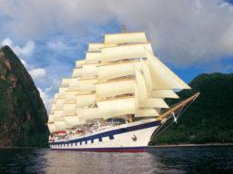 Segelreisen Karibik ROYAL CLIPPER Produktbild zeigt 5 Mast Vollschiff als Bugansicht unter Segeln