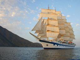 Meilentörns: ROYAL CLIPPER zeigt das größte Segelschiff der Welt unter vollen Segeln.