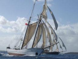 Segelurlaub Europa SIR ROBERT BADEN POWELL zeigt2 Mast Topsegelschoner Sir Robert Baden Powell Steuerbordansicht unter Segeln