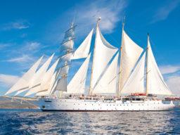 Segelreisen Asien STAR CLIPPER zeigt den 4 Mast Großsegler als Backbordansicht unter Segeln