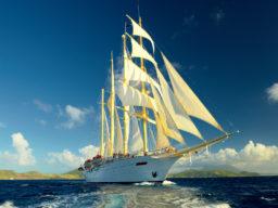 Segelurlaub Europa STAR FLYER Produktbild zeigt den 4 Mast Grosssegler als Bugansicht unter Segeln