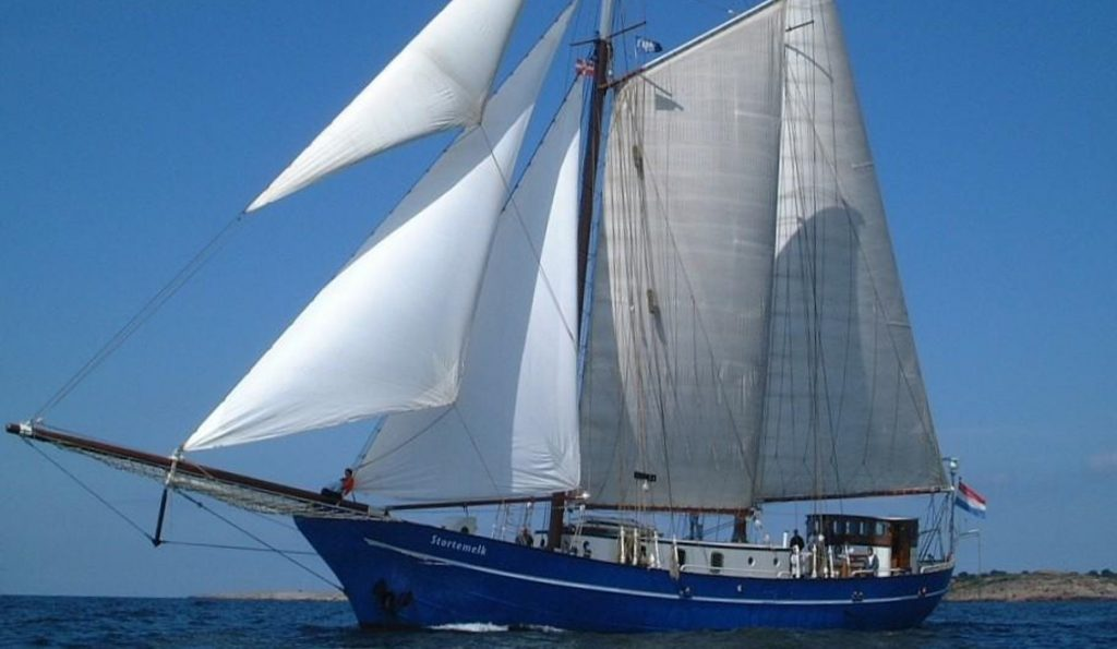 Segelurlaub Europa STORTEMELK Produktbild zeigt den 2 Mast Schoner segelnd von Backbord.