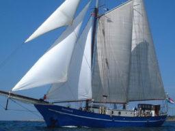 Segelreisen Europa STORTEMELK Produktbild zeigt den 2 Mast Schoner segelnd von Backbord.