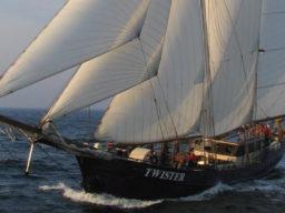 Segelurlaub: Europa Twister Produktbild zeigt den 2 Mast Schoner vom Bug unter Segeln