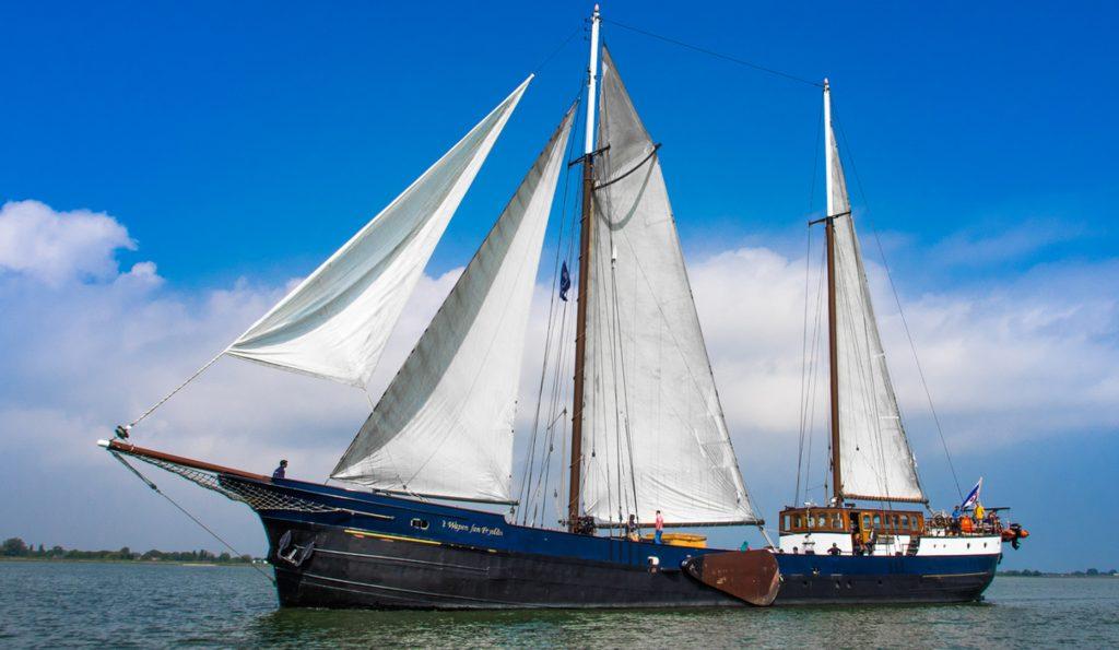 WAPEN VAN FRYSLAN Portfoliobild zeigt den 2 Mast Topsegelschoner in Backbordansicht
