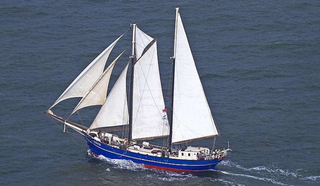 ZEPHYR Produktbild zeigt den 2 Mast Schoner als Luftaufnahme von Backbord unter Segeln
