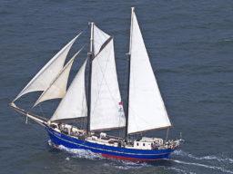 Segelurlaub: Europa ZEPHYR Produktbild zeigt den 2 Mast Schoner als Luftaufnahme von Backbord unter Segeln