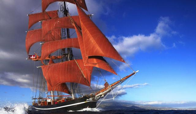 Segelreisen Karibik EYE OF THE WIND Produktbild zeigt die Brigg mit den braunen Segeln auf den Kanaren segelnd
