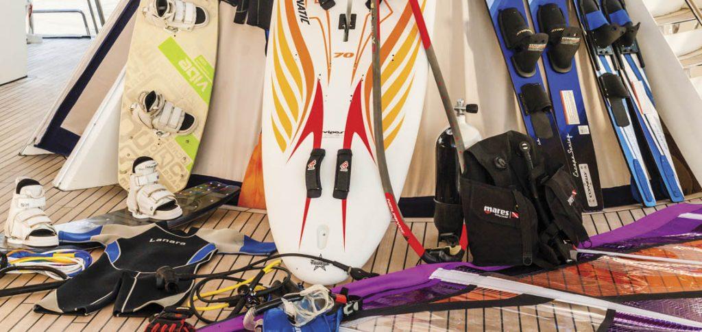 Segelschiff Running on Waves Bild zeigt die Sportausrüstung