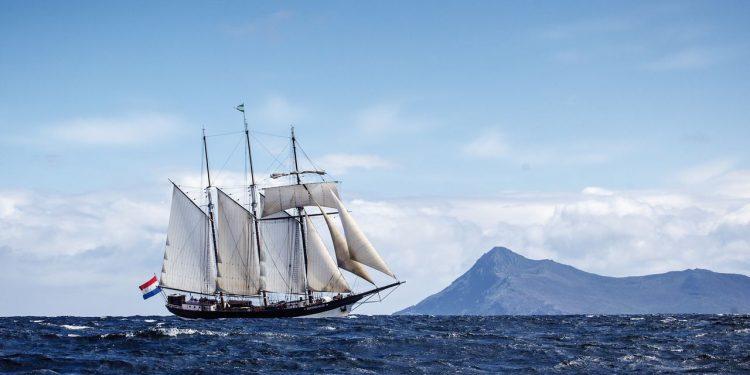 Segelreisen Kapverden Februrar 2019 auf der Ossterschelde Bild zeigt das Traditionsschiff segelnd von Steuerbord