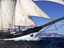 Meilentörns: OOSTERSCHELDE Produktbild zeigt den Schoner segelnd in einer Nahaufnahme.