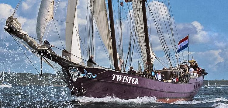 Zweimast Schoner Twister zeigt Backbordansicht