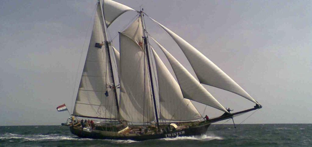 Twister Bild zeigt das Schiff unter Segeln