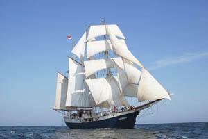 Meilentörns Antigua Bild zeift das stolze Schiff von Steuerbord