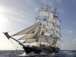 Meilentoerns Stad Amsterdam zeigt das segelnde Schiff von Backbord