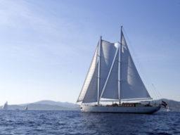 Mitsegeln Europa auf der Kairos zeigt das Schiff segelnd