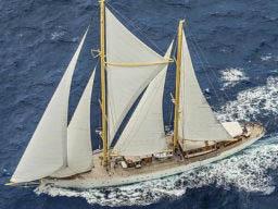 Segelreisen Atlantik Chronos Bild zeigt die Yacht unter vollen Segeln