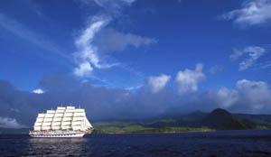 Segelreisen Karibik 2018 Royal Clipper Bild zeigt das Schiff vor einer Karibikinsel segelnd