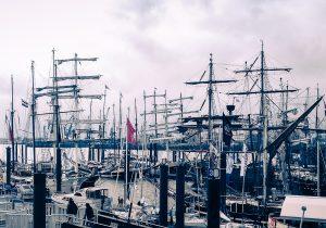 Incentives, Events und Gruppenreisen - Charter von Groẞseglern Produktbild zeigt am Kai liegende Traditionssegler auf dem Hamburger Hafengeburtstag