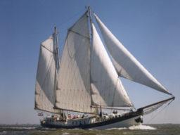 Blogeintrag Elegant Beitragsbild zeigt das Schiff segelnd