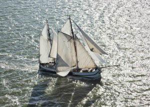 Kieler Woche mitsegeln zeigt einen Traditionssegler