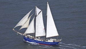 Segelurlaub Europa Zephyr Bild zeigt das Schiff segelnd