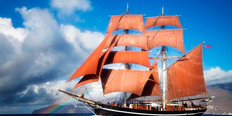 Segelurlaub Europa: Eye of the Wind Produktbild zeigt das stolze Schiff mit seinen auffalenden brauenen Segeln