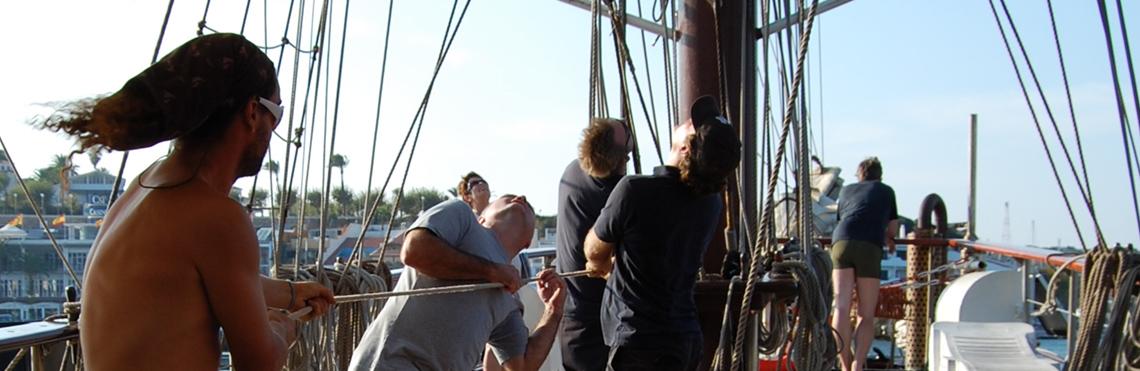 Incentives, Events und Gruppenreisen - Charter von Groẞseglern von Windjammer Weltweit zeigt eine Gruppe von Leuten beim Segel setzten
