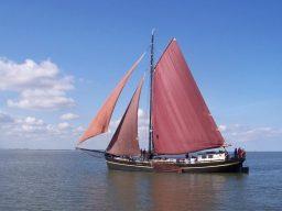 Risico Datenblattbild zeigt den Klipper segelnd auf ruhigem Gewässer
